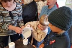 Kā top porcelāna trauki Rīgas Komercskola acu priekšā