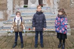 Latvijas dzimšanas dienas priekšvakarā Brāļu kapos - Tālmācības sākumskola