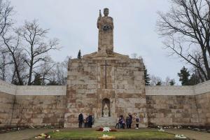 Latvijas dzimšanas dienas priekšvakarā Brāļu kapos - Rīgas Komercskola