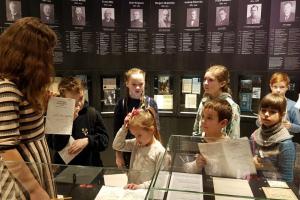 """Rīgas Komercskola Latvijas Nacionālā vēstures muzejā. Izstāde """"Latvijas gadsimts"""""""