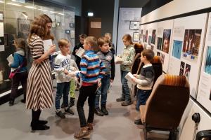 Tālmācības vidusskolas audzēkņi Latvijas Nacionālā vēstures muzejā.