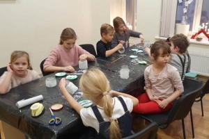 Rīgas Komercskolas audzēkņi radošajā Rūķu darbnīcā