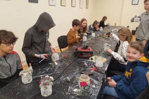 Rīgas Komercskolas audzēkņi Ziemassvētku Rūķu darbnīcā