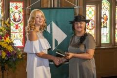 Rīgas Komercskola direktore Ilze Beļinska pasniedz pateicības grāmatu