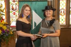 Rīgas Komercskola direktore Ilze Beļinska pasniedz iedvesmas grāmatu