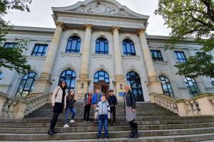 """Tālmācības vidusskolā \""""Rīgas Komercskola\"""" 1.-4.klases audzēkņi apmeklēja izstādi \""""Rotaļāsimies?\"""""""