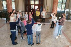 """Tālmācības vidusskolā """"Rīgas Komercskola"""" 1.-4.klases audzēkņi apmeklēja izstādi """"Rotaļāsimies?"""""""
