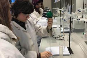 Rīgas Komercskolas audzēkņi apmeklēja LU ķīmijas un dabas izpētes laboratoriju - 2019. gada 17. maijā