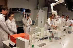 Rīgas Komercskolas audzēkņi ķīmijas konsultācijā LU Dabaszinātņu Akadēmiskajā centra laboratorijā