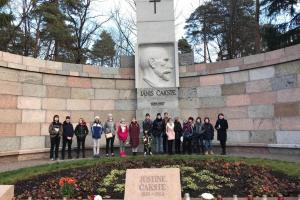 Rīgas Komercskolas vēstures stunda pie Jāņa Čakstes pieminekļa