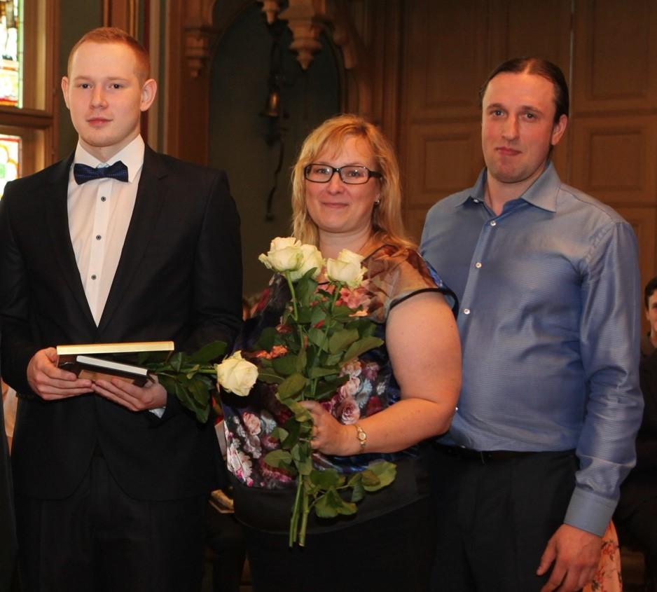Rīgas Komercskolas absolvents Roberts Grants ar vecākiem