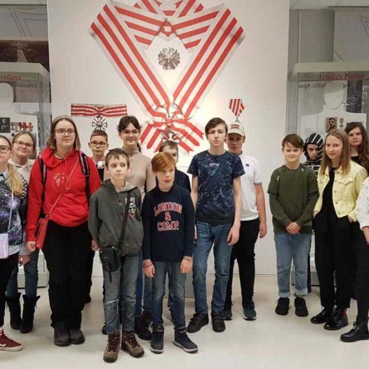 Rīgas Komercskolas audzēkņi izstāde «Mana Latvija»