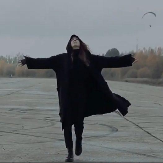 Beatas Šarlotes Lūses Rīgas Komercskolas audzēknes dzejas video «Nav jau nekā»